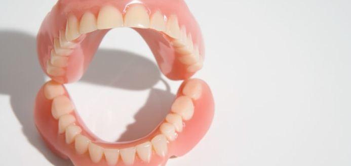 протез пластиковый зубной