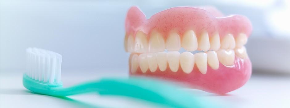 чем чистить зубные протезы