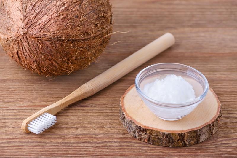 Отбеливание зубов кокосовым маслом